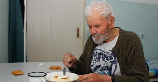 Этот старик умер в доме престарелых. Позже, когда медсестра разбирала его пожитки она нашла его стихотворение
