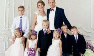 После смерти жены, отец в одиночку растил 6 детей. Посмотрите, как сложилась его жизнь