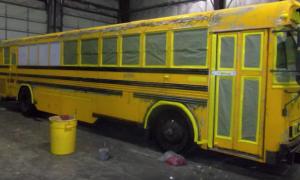 Мужчина живет с женой и тремя детьми в школьном автобусе. Но когда Вы увидите интерьер – точно не поверите своим глазам!