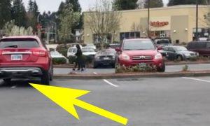 Внедорожник занимает 2 парковочных места – когда водитель возвращается к машине, то получает удар, от которого он никак не может оправиться