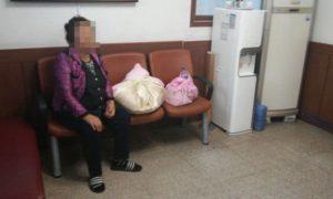 Эта старушка повторяла, что её дочь только что родила, и прижимала к груди 2 странных свертка…
