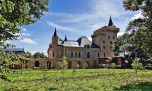 Роскошный замок в котором живут Алла Пугачева и Максим Галкин. Это красота…