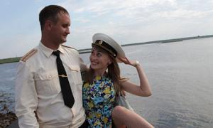 Моряк застал свою жену с любовником и засунул ему вилку в…