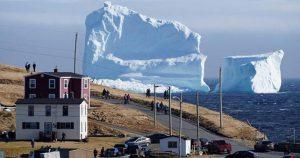 В Канаде небывалый ажиотаж: к берегу приплыл айсберг колоссальных размеров!