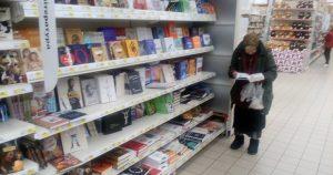 Она 15 лет ходит в магазин читать книги. И вот что решила сделать администрация!