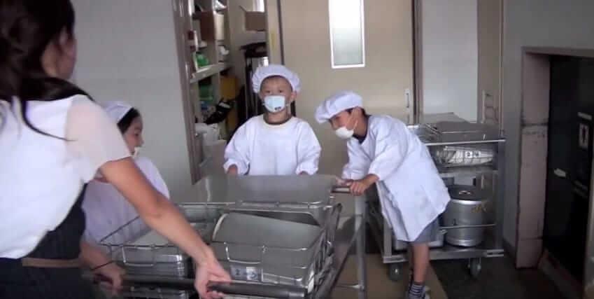 """В одной из школьных столовых установили скрытые камеры и были поражены """"обычным"""" обедом"""