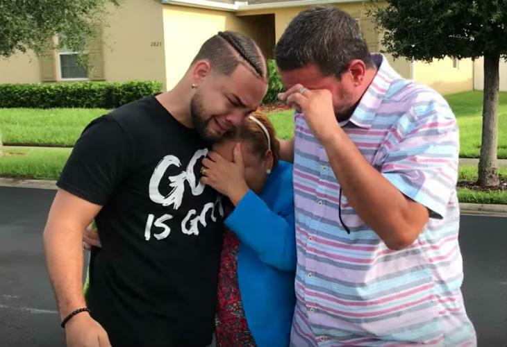 Сын в тайне покупает огромный дом — то, что он делает потом, доводит его родителей до слёз