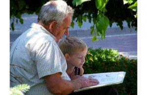 Хамоватый подросток стал насмехаться над дедушкой