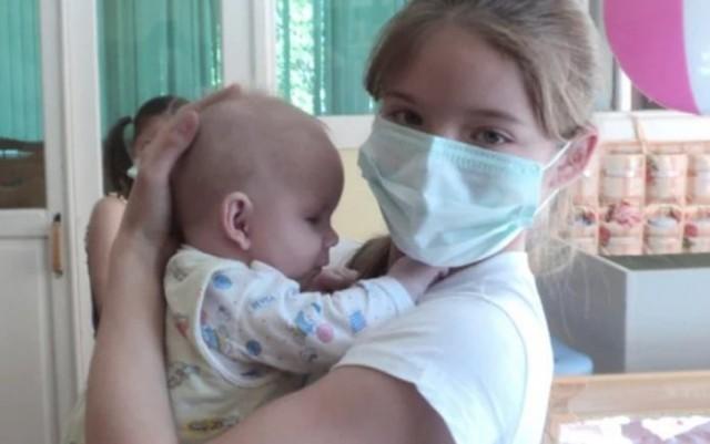 Школьница тайком от мамы посещала Дом малютки, чтобы ухаживать за брошенными детишками