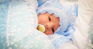На выписке медсестра вручила ей сверток, маме достаточно было одного взгляда, чтобы понять — в конверте чужой малыш…