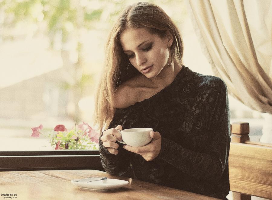 Ставь чай. Она с трудом ходила, с трудом говорила, иногда тихо смеялась, бормоча что-то себе под нос, иногда вздыхала и смотрела в окно