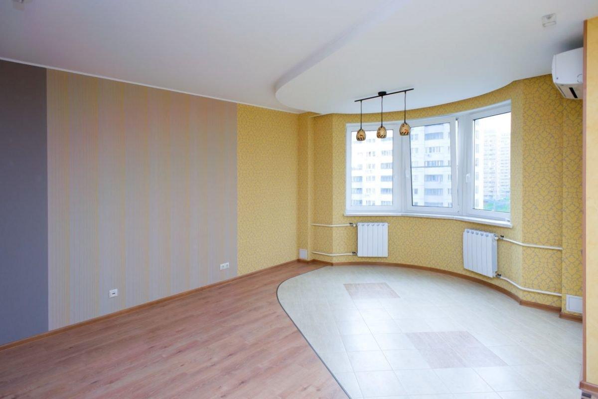 Наконец-то сбылась моя мечта: я купила квартиру. Друзья пришли на новоселье.