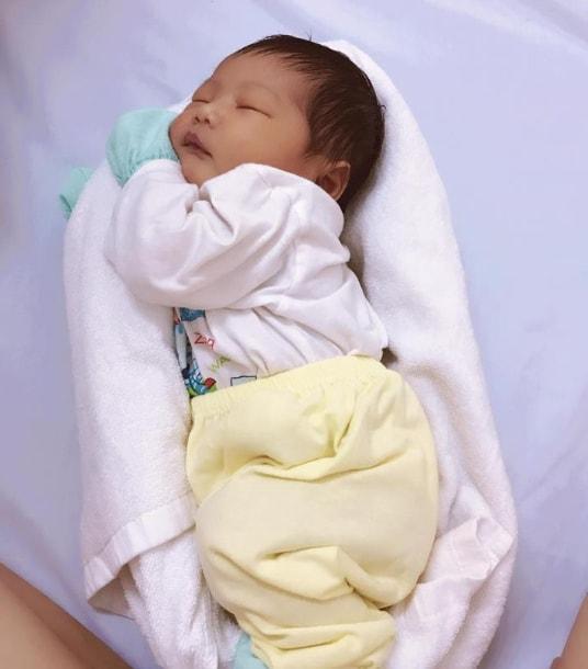 Медсестра показала, как быстро убаюкать ребёнка при помощи обычного полотенца
