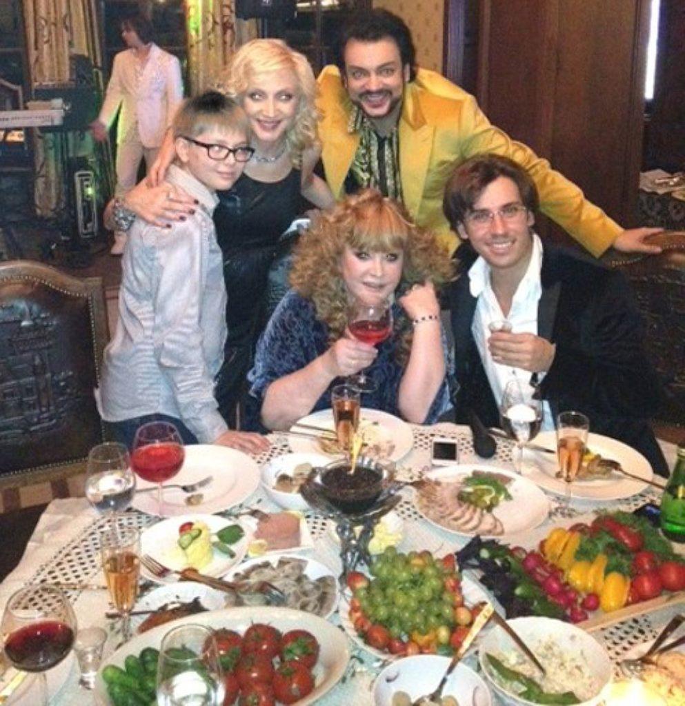 В семье Примадонны появился еще один малыш, он уже подружился с двойняшками Гарри и Лизой