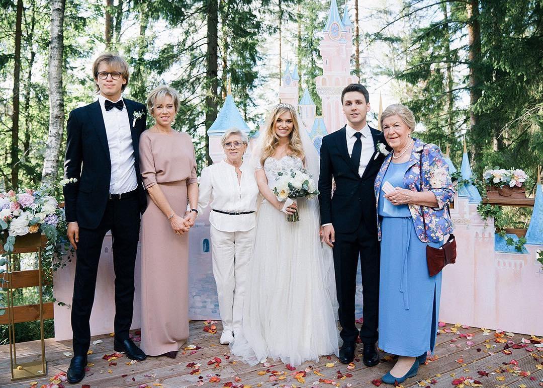 Внучка знаменитой Алисы Фрейндлих опубликовала новые снимки звездной бабули. Красивая и элегантная!