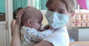 Школьница тайком от мамы посещала Дом малютки, чтобы ухаживать за детишками.