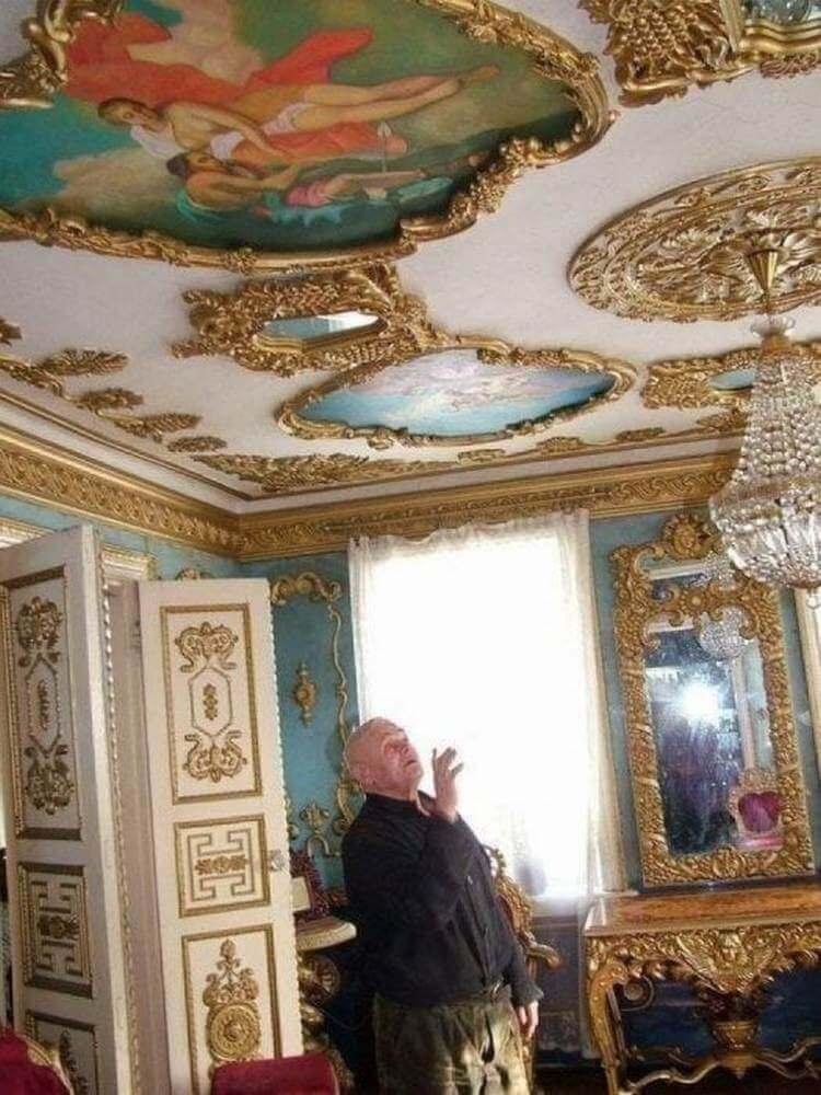 Думаете, что это обычная избушка? Только взгляните, какой дворец там внутри…
