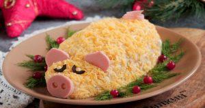 Новогодний салат Свинка с курицей и ананасами
