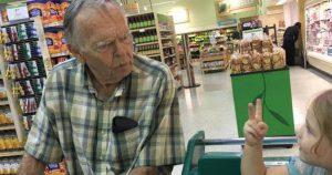 Избалованная 4-летняя девочка крикнула незнакомцу: Эй, старик! Вот как он ей ответил!