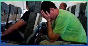 Мужчина слышит, как два незнакомых человека шепчутся в самолёте – затем быстро подходит к бортпроводнику с необычной просьбой