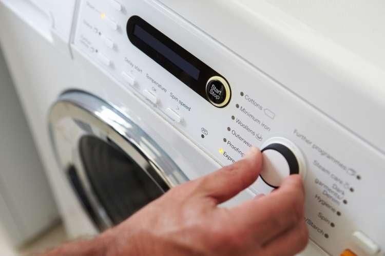 Многие хозяйки делают это неправильно: куда на самом деле нужно засыпать стиральный порошок