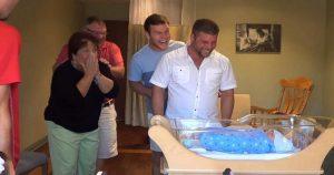 Молодые родители утаили, что ждут близнецов, а потом реакцию родителей сняли на видео