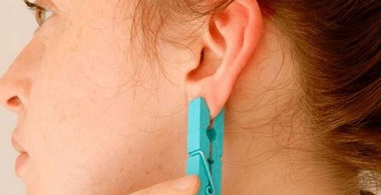 Зажмите ухо прищепкой на 5 секунд. Эффект будет неожиданным.
