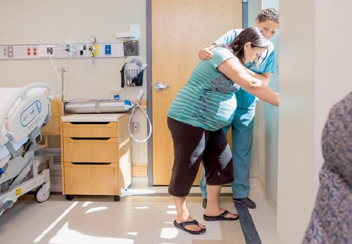 Скорая увезла беременную женщину в больницу, и тут начались схватки