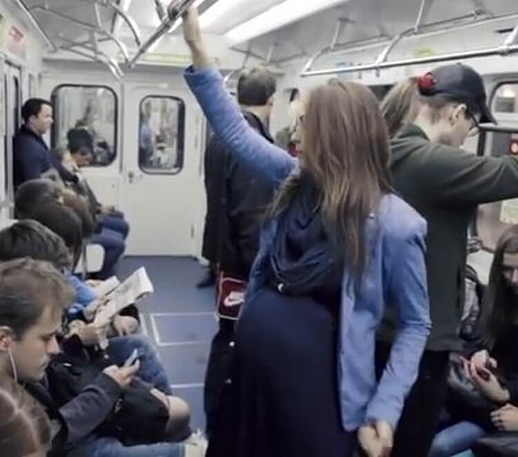 Женщина с большим животом в общественной транспорте: как все на самом деле