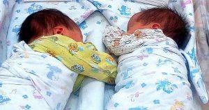 Суррогатная мать родила двойню, но биологические родители от детей отказались