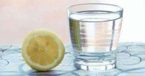 Вам говорили, что пить теплую воду с лимоном — это хорошо, и вот почему
