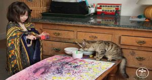 Шестилетняя девочка-аутист пишет волшебные картины, поражающие искусствоведов