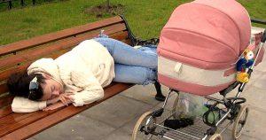 Девушка лежала на лавочке, а в это время коляске плакал ребенок