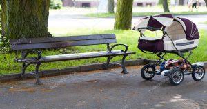 Шла через парк и обнаружила, прямо на дороге, детскую коляску