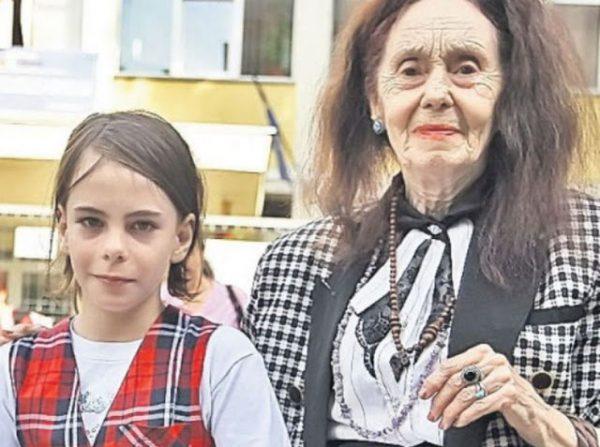 Девочка, которую мама родила в 67 лет повзрослела и стала настоящей красавицей