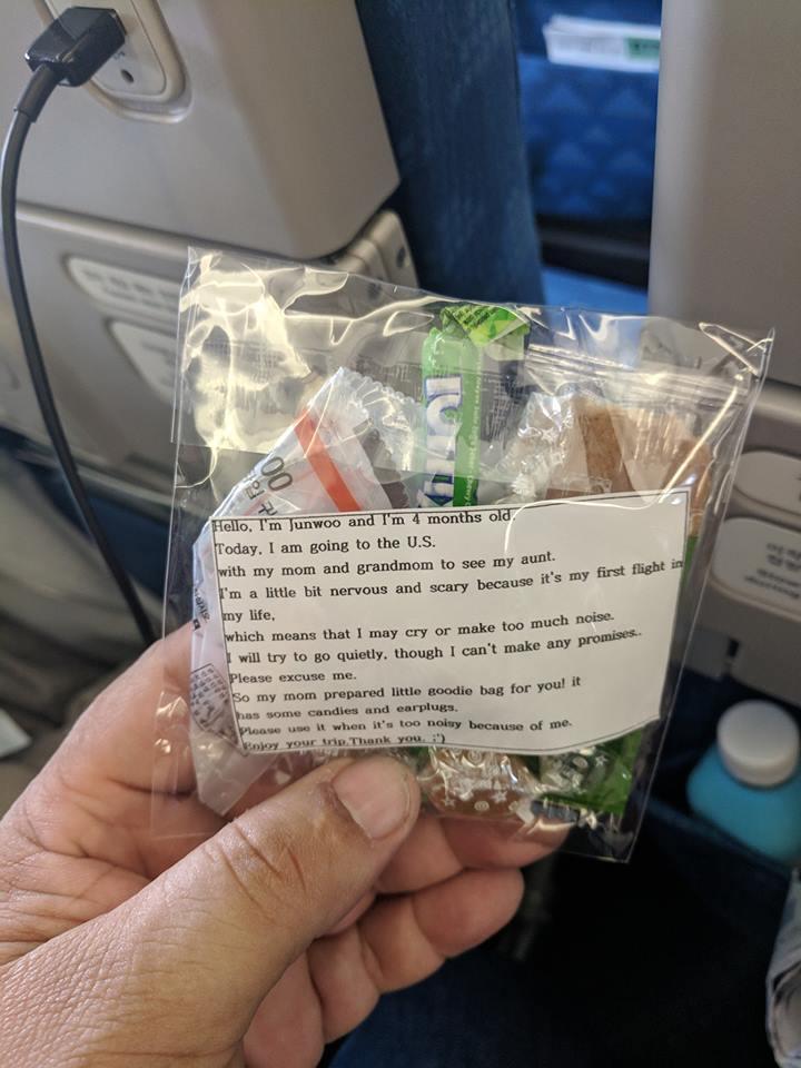 Перед полетом мама раздала пассажирам 200 пакетиков подарков от имени 4-месячного сына