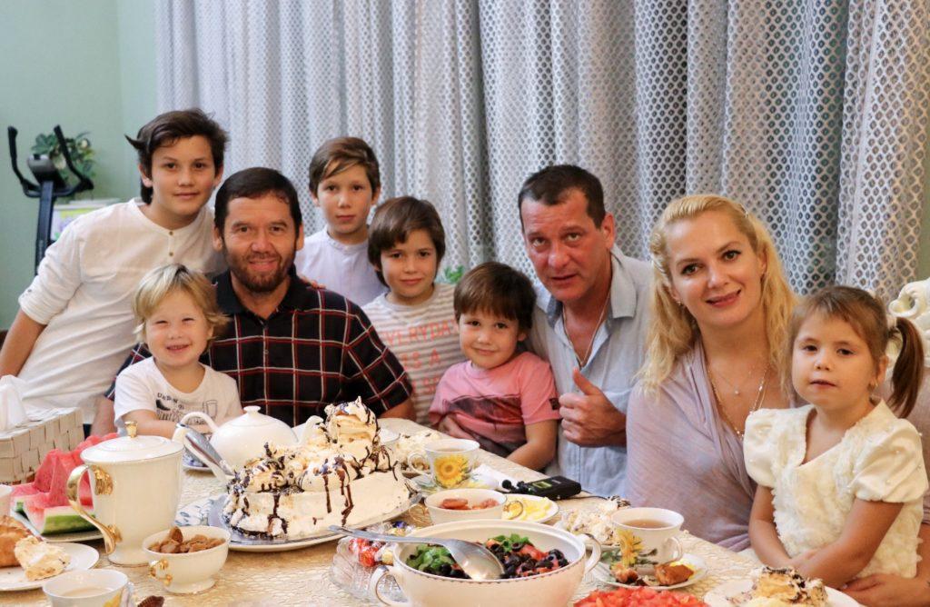 Мария Порошина с сыном вернулась домой из роддома. Вот кто встретил актрису на выписке