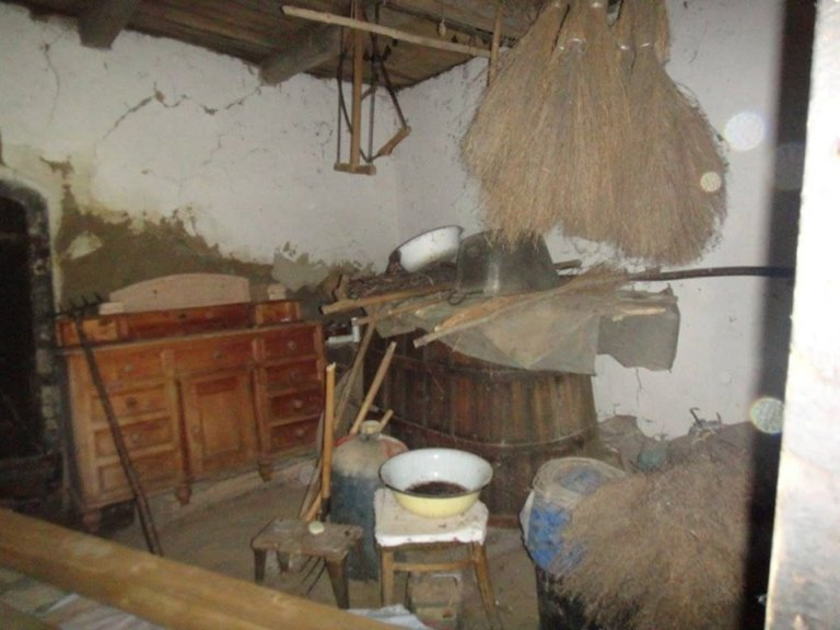 У молодой семьи не было денег на квартиру. Они купили заброшенный дом и теперь живут как в сказке!