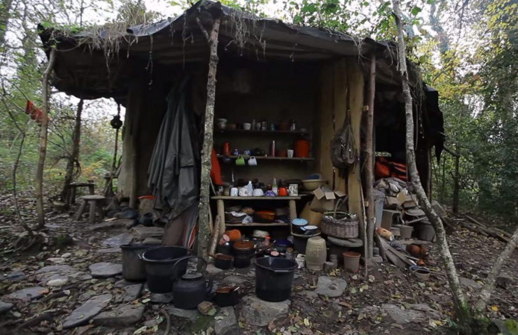 Женщина вот уже 18 лет живет в лесу в полном одиночестве