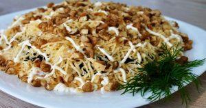 Знаменитый салат «Увертюра» с курицей, грибами и черносливом