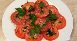 Просто помидоры, а рецепт просит каждый, кто пробует. Даже тарелку оближут