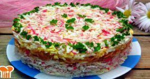 Замечательный и вкусный слоенный салат с крабовыми палочками
