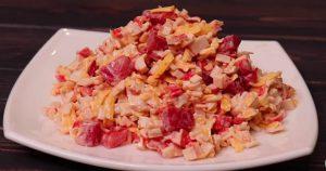Вкуснейший салат с крабовыми палочками, сыром и помидорами